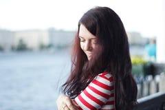 Ritratto della donna sui precedenti del fiume di estate Fotografia Stock