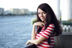Ritratto della donna sui precedenti del fiume di estate Immagini Stock
