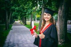 Ritratto della donna sul suo giorno di laurea università Istruzione, graduazione e concetto della gente Fotografia Stock Libera da Diritti