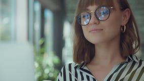 Ritratto della donna - tenute un la tazza di caffè ed orologi il video stock footage