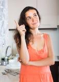 Ritratto della donna triste alla cucina Fotografia Stock