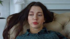 Ritratto della donna triste sola in profondità nei pensieri stock footage