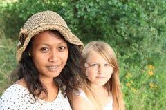 Ritratto della donna tropicale e della ragazza caucatian immagini stock libere da diritti