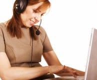 Ritratto della donna vera matura con il computer portatile e di mani libere isolati su fondo bianco fotografie stock