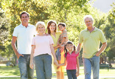 Ritratto della famiglia che gode della camminata dentro fotografia stock libera da diritti