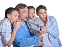 Ritratto della famiglia che posa isolato insieme su fondo bianco fotografia stock
