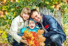 Ritratto della famiglia che si rilassa nel parco Fotografie Stock