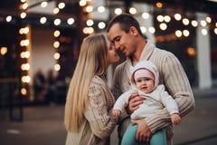 Ritratto della famiglia che sta insieme in atmosfera di cosiness immagine stock