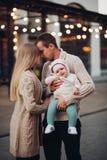 Ritratto della famiglia che sta insieme in atmosfera di cosiness immagini stock libere da diritti