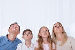 Ritratto della famiglia con due bambini che osservano in su Fotografia Stock Libera da Diritti