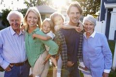 Ritratto della famiglia con i nonni che stanno Camera esterna fotografia stock libera da diritti