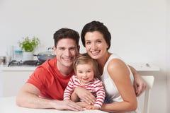 Ritratto della famiglia con la giovane figlia a casa immagine stock libera da diritti