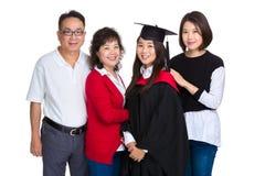 Ritratto della famiglia con la ragazza di graduazione Fotografie Stock Libere da Diritti