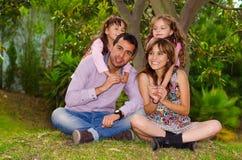 Ritratto della famiglia del padre, della madre e di due immagini stock