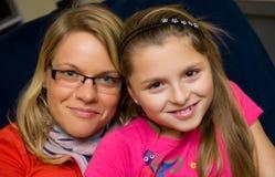 Ritratto della famiglia della figlia e della madre fotografia stock