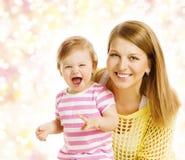 Ritratto della famiglia della neonata e della madre, genitore con il bambino della figlia immagini stock