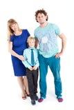 Ritratto della famiglia felice che abbraccia e che esamina macchina fotografica, fondo bianco isolato Immagine Stock Libera da Diritti