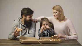 Ritratto della famiglia felice che mangia pizza E Fetta di pizza di merguez originale classica italiana fresca isolata stock footage