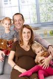 Ritratto della famiglia felice con due figlie Fotografie Stock Libere da Diritti