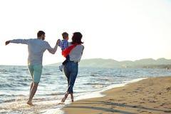 Ritratto della famiglia felice e del bambino che godono del tramonto nello svago di estate immagini stock