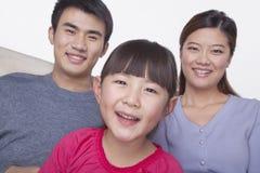 Ritratto della famiglia felice e sorridente in abbigliamento casuale, colpo dello studio, inclinazione Fotografia Stock