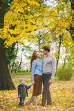 Ritratto della famiglia felice nel bello parco di autunno immagini stock