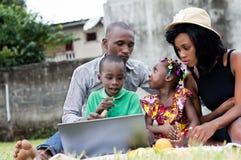 Ritratto della famiglia felice nel parco fotografia stock