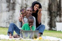 Ritratto della famiglia felice in sosta fotografia stock