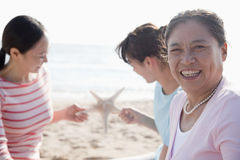 Ritratto della famiglia generazionale multi- sulla spiaggia, stella marina fotografie stock