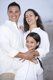 Ritratto della famiglia ispanica insieme sulla spiaggia Immagini Stock Libere da Diritti