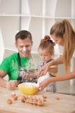 Ritratto della famiglia mentre cucinando Fotografia Stock