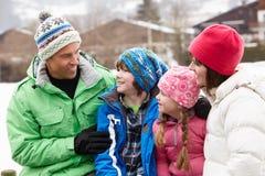 Ritratto della famiglia nel paesaggio dello Snowy Fotografia Stock Libera da Diritti