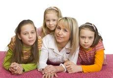 Ritratto della famiglia sul pavimento Immagini Stock Libere da Diritti