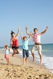 Ritratto della famiglia sulla festa della spiaggia Fotografia Stock