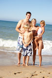 Ritratto della famiglia sulla festa della spiaggia di estate Immagine Stock Libera da Diritti