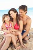 Ritratto della famiglia sulla festa della spiaggia di estate Fotografia Stock Libera da Diritti