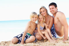 Ritratto della famiglia sulla festa della spiaggia di estate Fotografia Stock