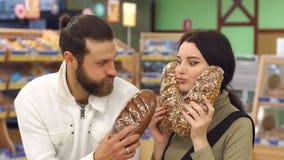 Ritratto della famiglia in supermercato insieme, mentre scegliendo pane fresco archivi video