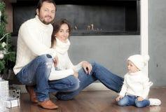 Ritratto della famiglia vicino all'albero di Natale Immagini Stock Libere da Diritti