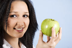 Ritratto della femmina della gioventù con la mela Fotografie Stock Libere da Diritti