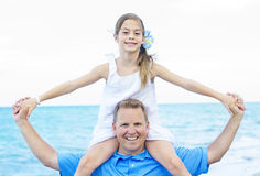 Ritratto della figlia e del padre sulla spiaggia Immagini Stock Libere da Diritti