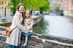 Ritratto della figlia e della madre all'aperto Fotografie Stock