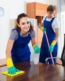 Ritratto della gente in camici con i rifornimenti che fanno pulizia Fotografie Stock