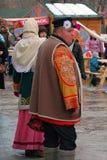 Ritratto della gente in costumi nazionali che stanno sulla via Immagini Stock Libere da Diritti