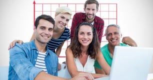 Ritratto della gente di affari casuale con il computer portatile fotografie stock libere da diritti