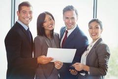Ritratto della gente di affari che si leva in piedi insieme immagine stock