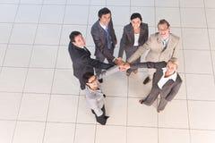 Ritratto della gente di affari che tiene le mani fotografie stock libere da diritti