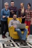 Ritratto della gente di affari del gruppo nell'interno moderno dell'ufficio Fotografie Stock Libere da Diritti