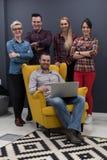 Ritratto della gente di affari del gruppo nell'interno moderno dell'ufficio Fotografia Stock Libera da Diritti