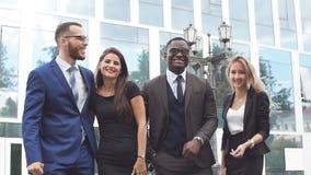 Ritratto della gente di affari felice sull'edificio per uffici moderno del fondo video d archivio
